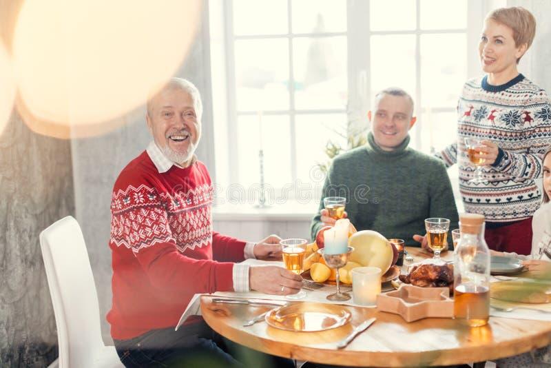 La fille et son mari félicitent son vieux père avec l'anniversaire photos stock