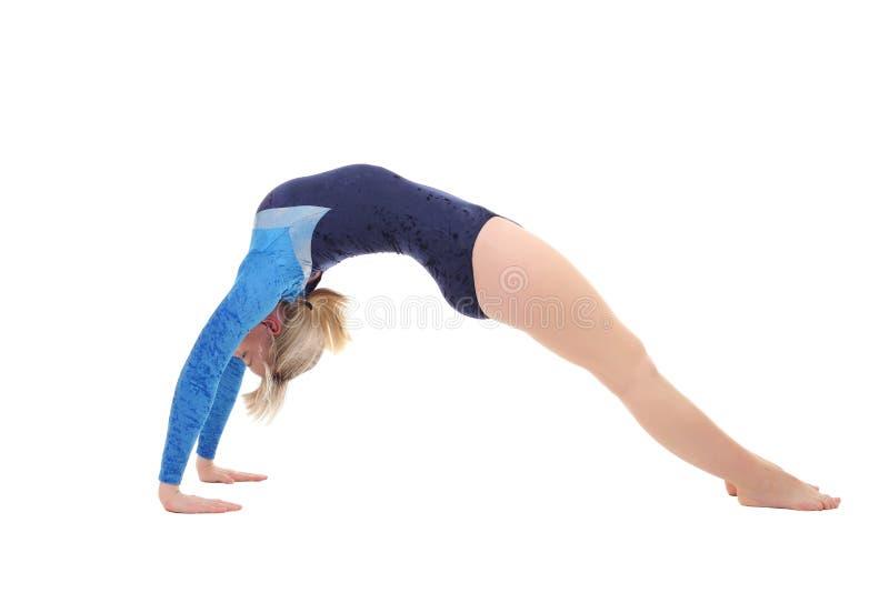 la fille exécute des exercices gymnastiques faisant le pont de gymnastique images libres de droits
