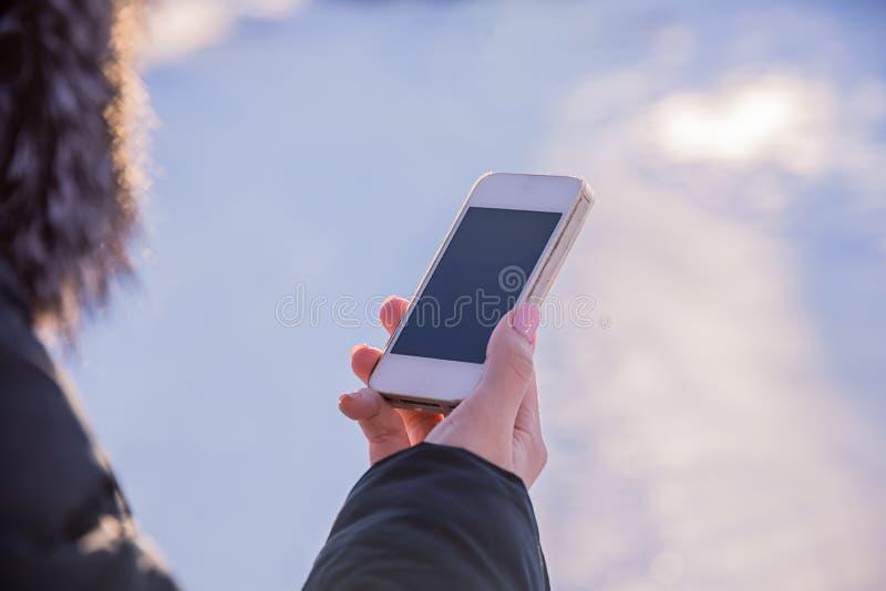 La fille examine le téléphone photographie stock