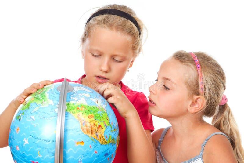 La fille explorent le globe du monde photos libres de droits