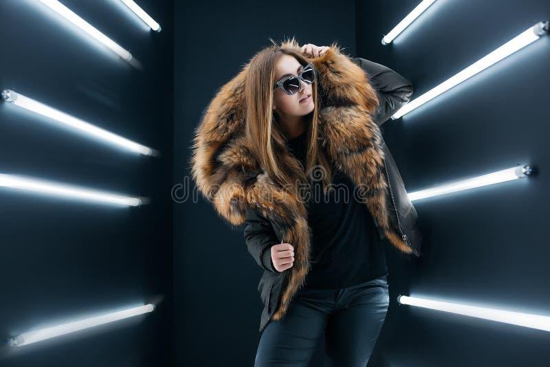 La fille extérieure de portrait dans un manteau marche sur le lac, fille dans une écharpe images libres de droits