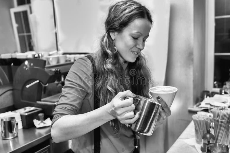 La fille fait le café photo stock