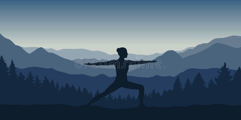La fille fait la pose de yoga ? la belle montagne bleue et au paysage de for?t illustration libre de droits