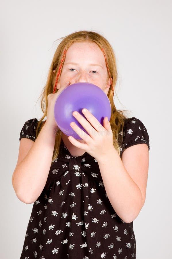 La fille fait sauter un ballon photographie stock libre de droits