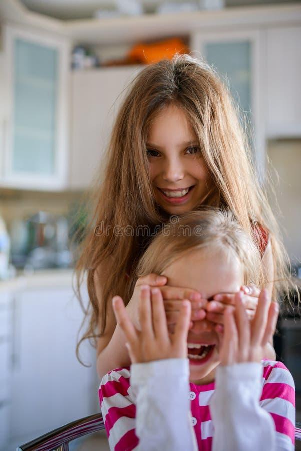 La fille ferme des yeux à sa soeur images libres de droits