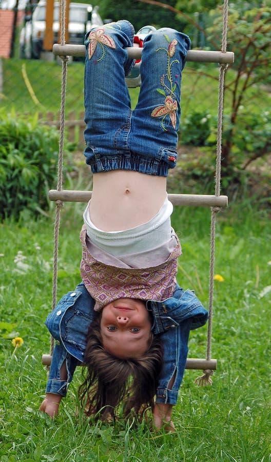 La fille font le type de singe photographie stock