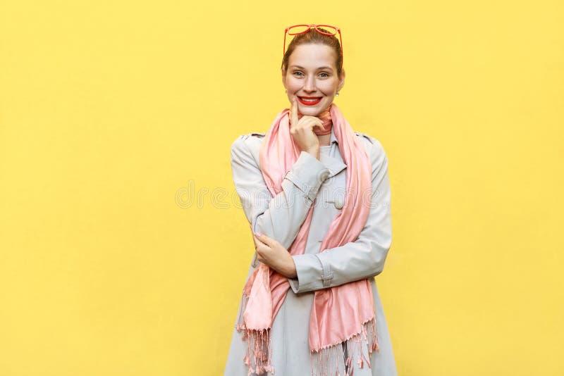 La fille gaie heureuse avec des taches de rousseur et des cheveux de petit pain, regardant est venue photographie stock libre de droits