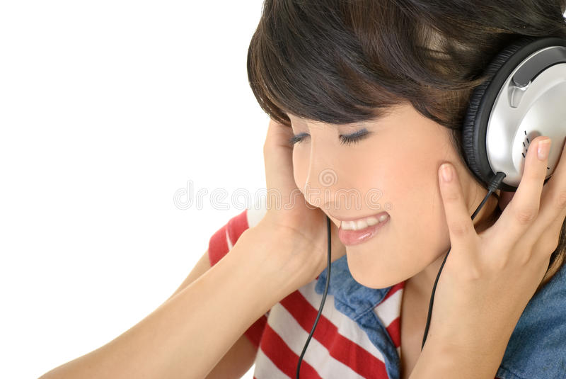 La fille heureuse écoutent musique image stock