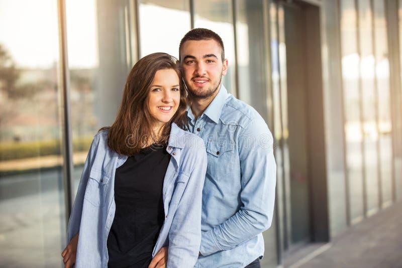 La fille heureuse et le garçon de l'adolescence ayant le bon amusement chronomètrent dehors sélecteur photos libres de droits