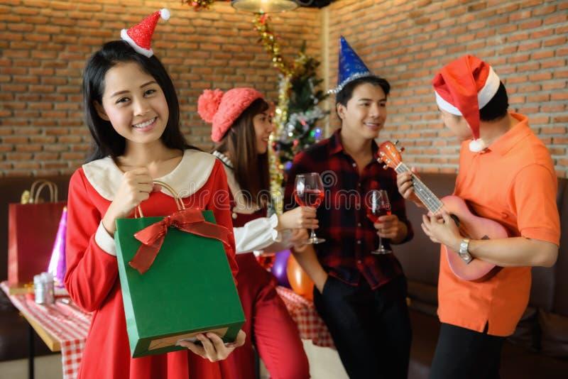 La fille heureuse obtiennent le cadeau de Noël de surprise photographie stock libre de droits