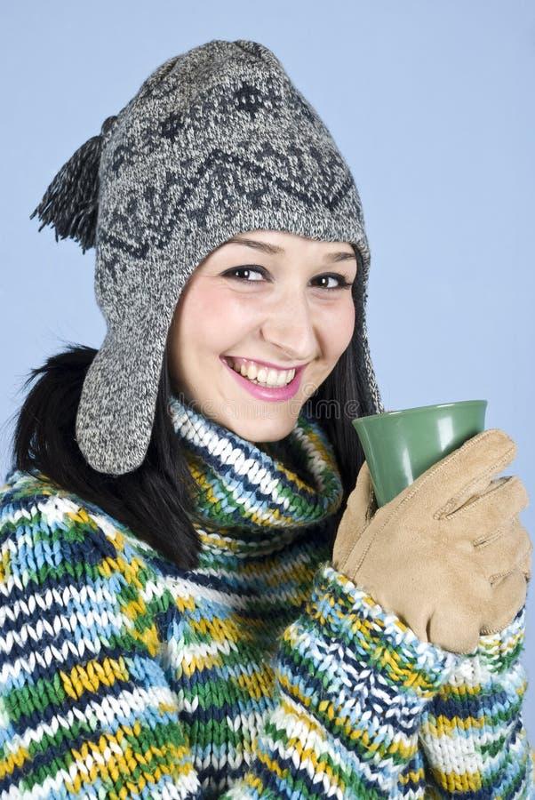 La fille heureuse réchauffent et rire photographie stock