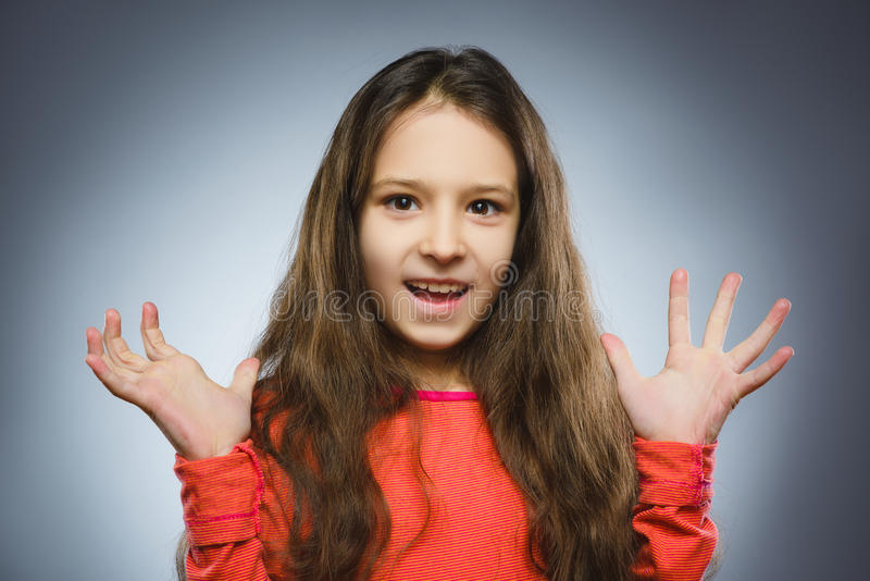 La fille heureuse réussie de portrait de plan rapproché a isolé le fond gris photos libres de droits