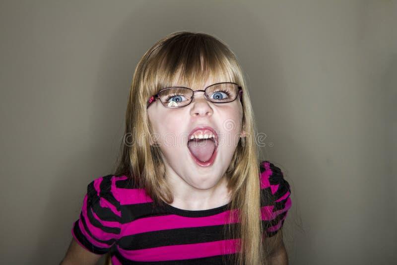 La fille hurle à l'appareil-photo photographie stock