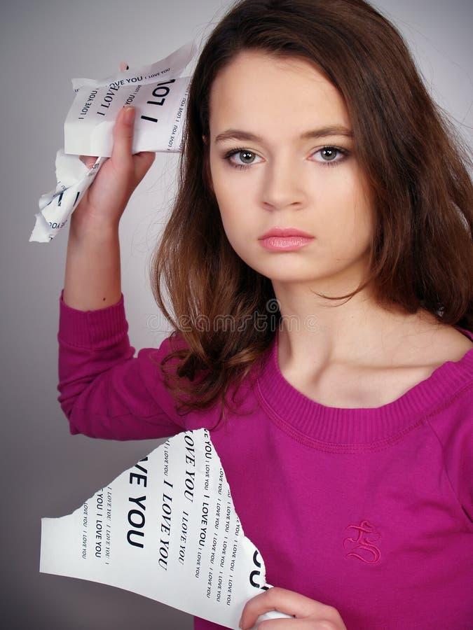La fille interrompt un papier avec une fureur images libres de droits