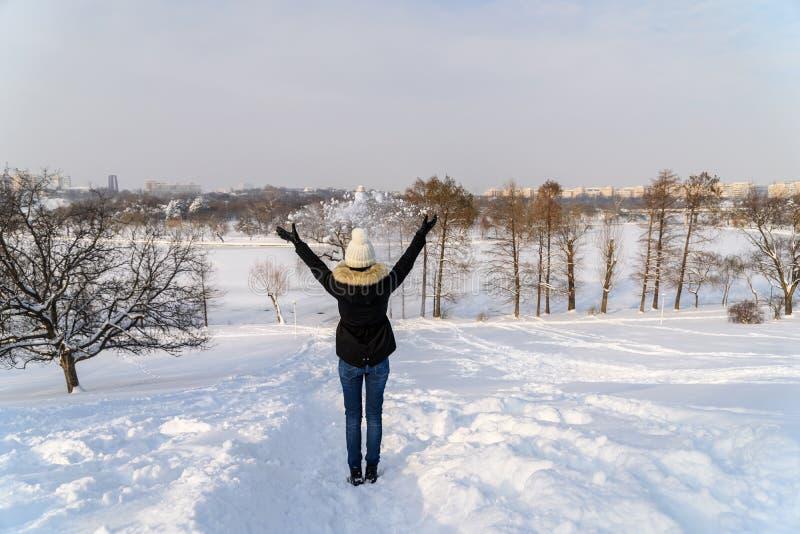 La fille jette la neige en air pendant l'hiver photos libres de droits