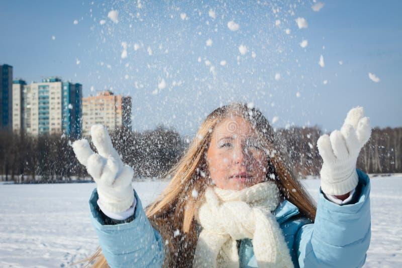 La fille jette la neige dans la ville Temps froid images libres de droits