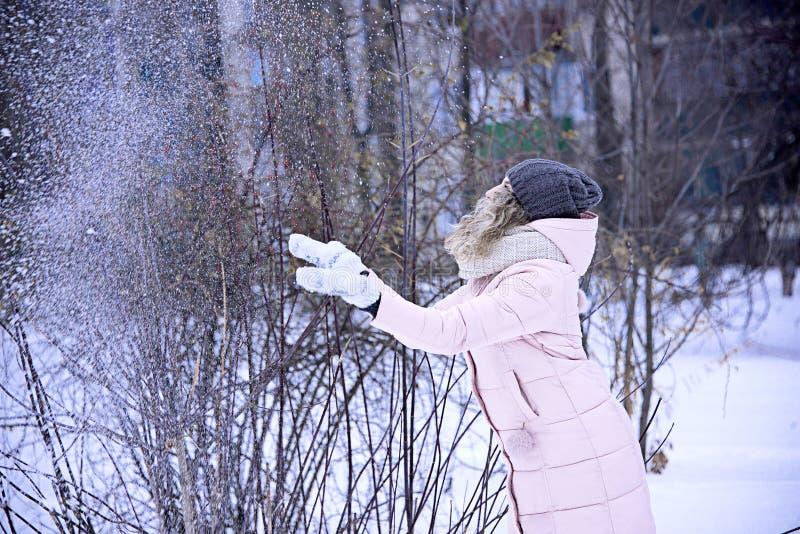 La fille jette la neige jusqu'au dessus images stock