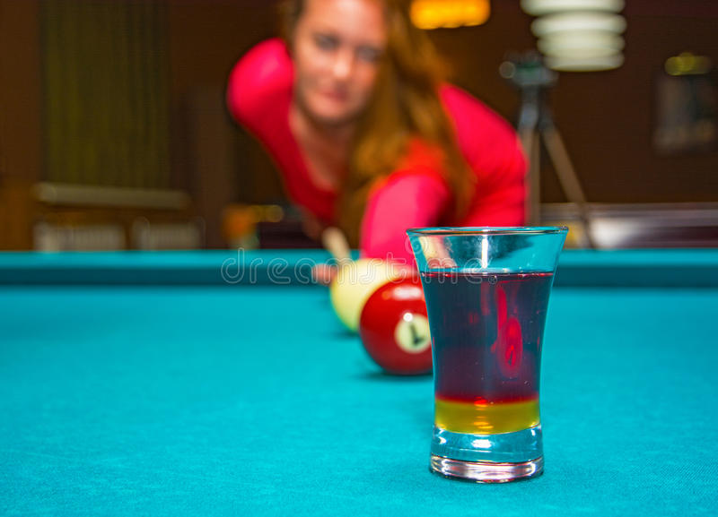 La fille jouant la piscine, a la boule et est reflétée dans le verre photos stock
