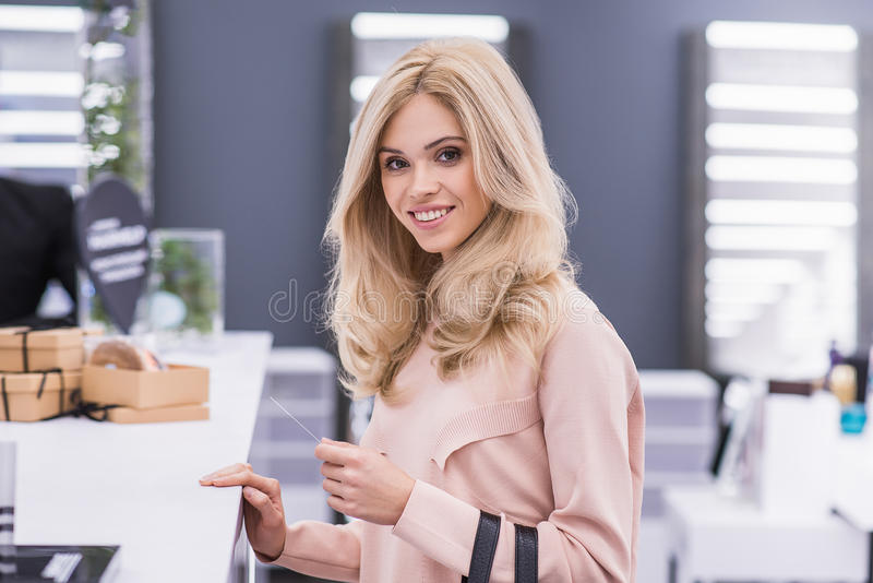 La fille joyeuse se tient à la réception image stock
