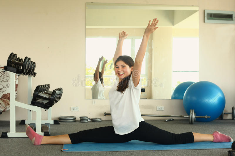 La fille a la classe de yoga de leçon étirant l'exercice image libre de droits