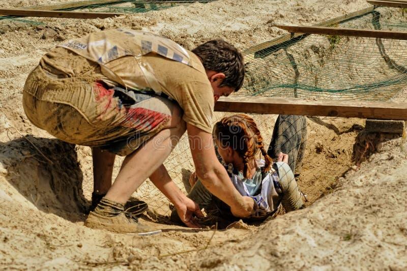 La fille laisse le retranchement avec de l'eau le sable et photos stock