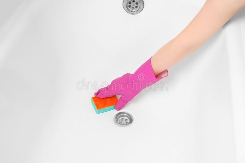 La fille lave l'éponge blanche de bain Vue supérieure images stock