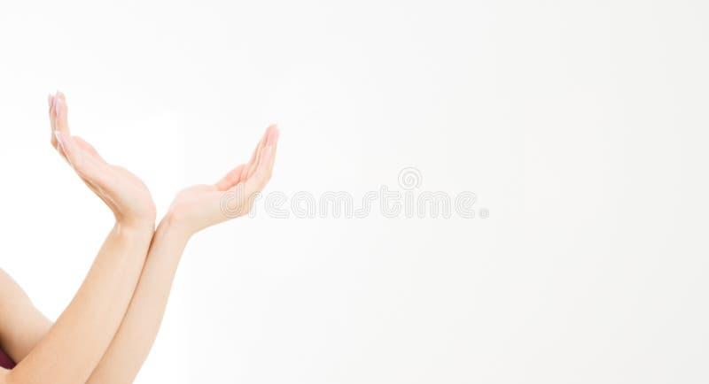 La fille, le ` s de femme remet les articles invisibles de mesure, paume femelle faisant le geste tout en montrant un peu de quel photo stock