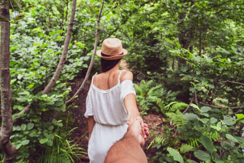 La fille mène sa main le long d'un chemin dans une forêt images libres de droits