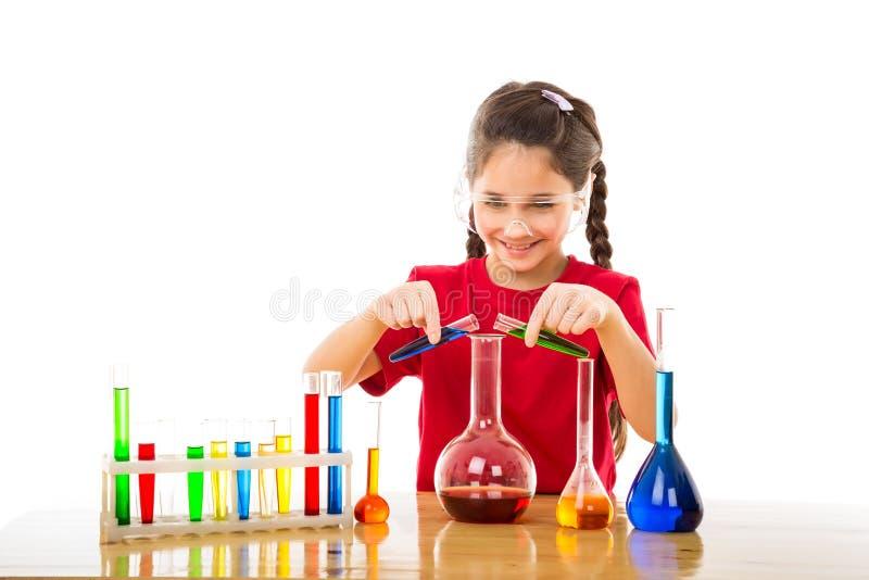 La fille mélange des produits chimiques dans un flacon photo libre de droits