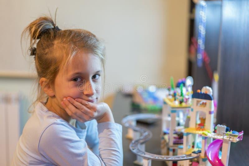 la fille malheureuse joue avec le constructeur de plastique enfant adorable heureux jouant avec le constructeur de plastique colo image stock