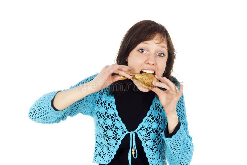 La fille mange avidement le poulet images libres de droits