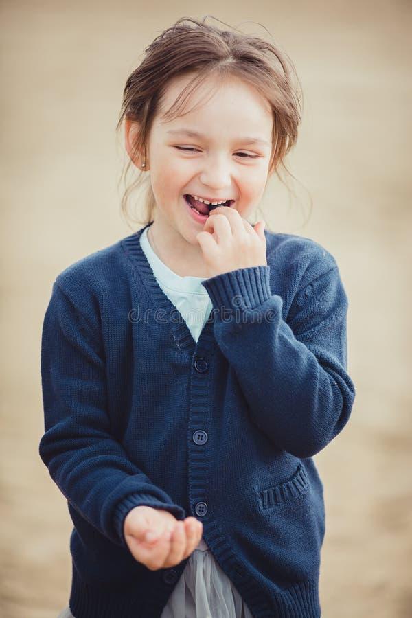 La fille mangeant des myrtilles d'un bol en verre photos libres de droits