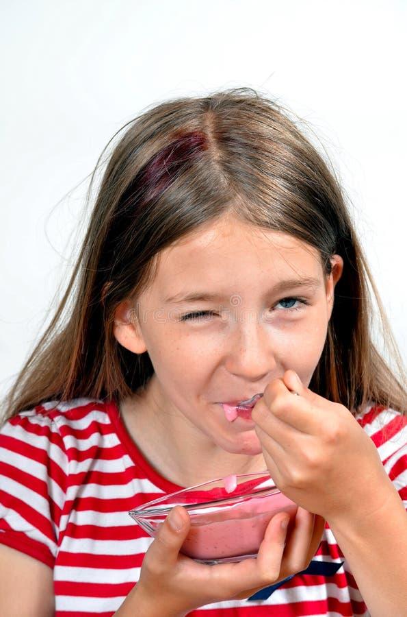 La fille mangent du fromage de yaourt photo stock