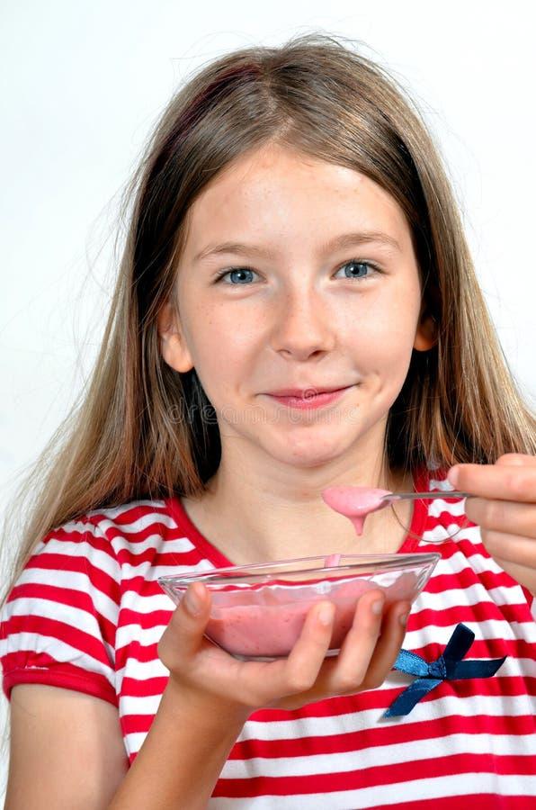 La fille mangent du fromage de yaourt image libre de droits