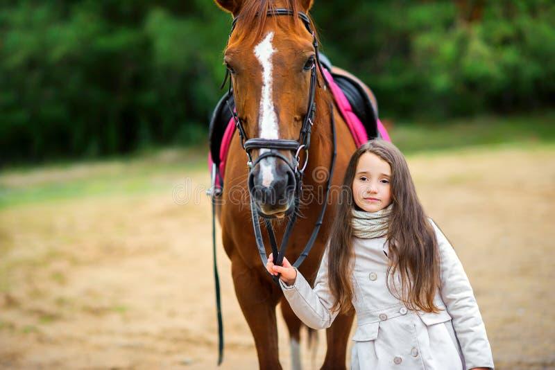 La fille marche avec son cheval aimé photo stock