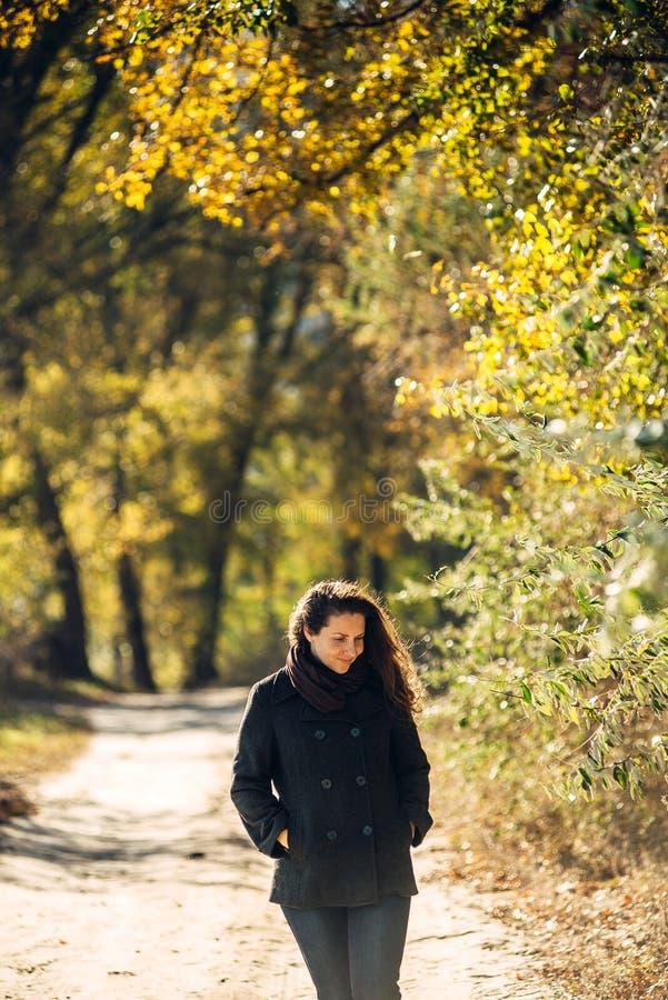 La fille marche en beau parc d'automne image stock