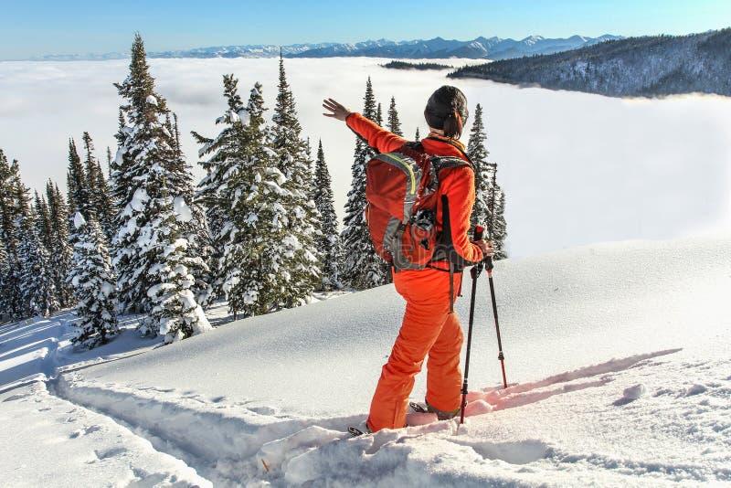 La fille marche sur des skis en montagnes image libre de droits