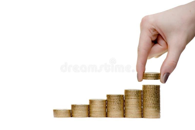 La fille met des pièces de monnaie. image stock