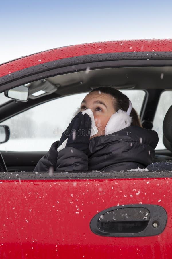 La fille mignonne éternue dans un véhicule photographie stock