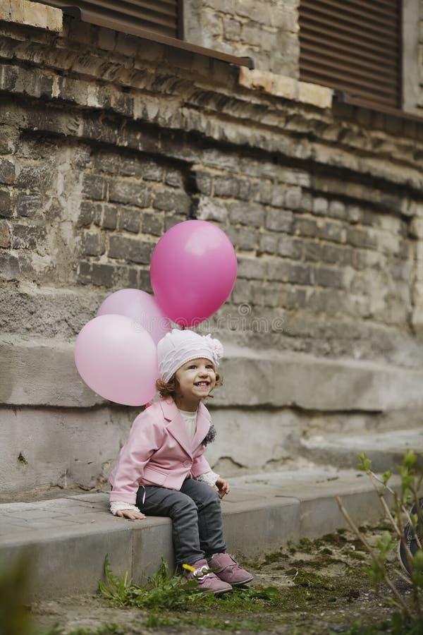 Download La Fille Mignonne Avec Le Rose Monte En Ballon Le Portrait Image stock - Image du personne, beau: 45350789