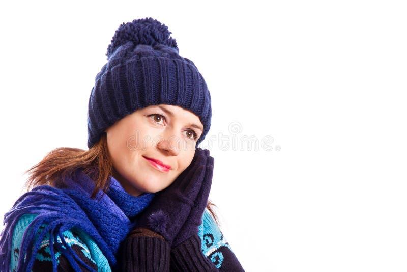 La fille a mis les mains enfilées de gants à votre visage photographie stock libre de droits
