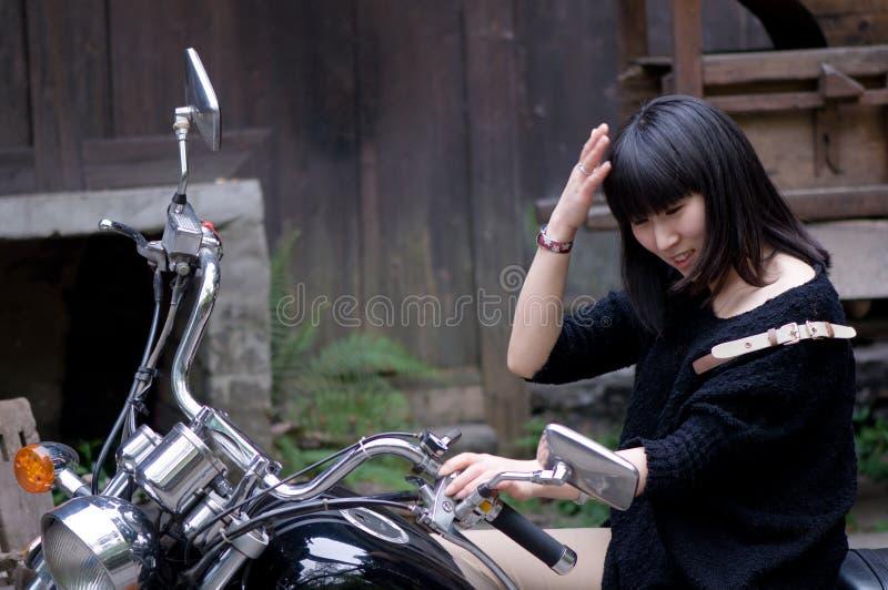La fille montant une moto photos libres de droits