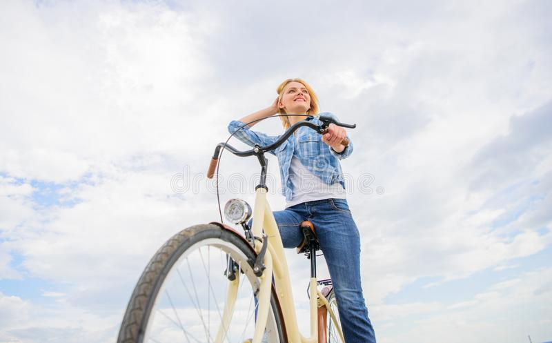 La fille monte le fond de ciel de vélo Vélo de loyer de femme pour explorer l'espace de copie de ville Personnes de location de s images libres de droits