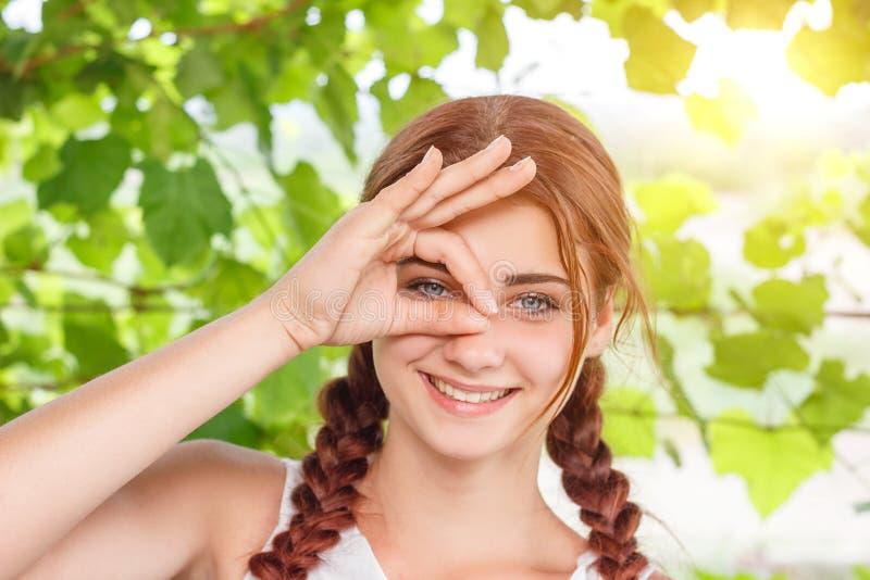La fille montre à geste tout l'OK photo libre de droits