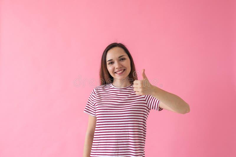 La fille montre le signe comme ou correct images stock