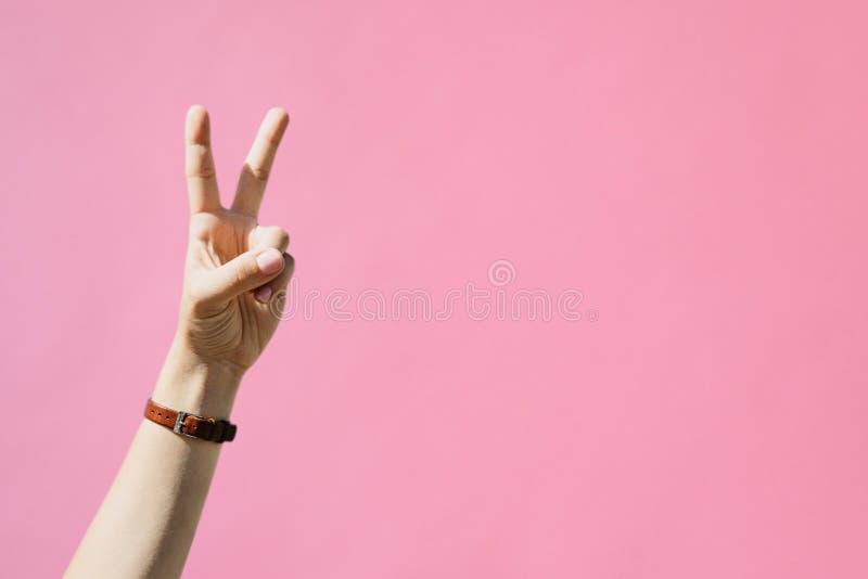 La fille montre le signe de paix image stock