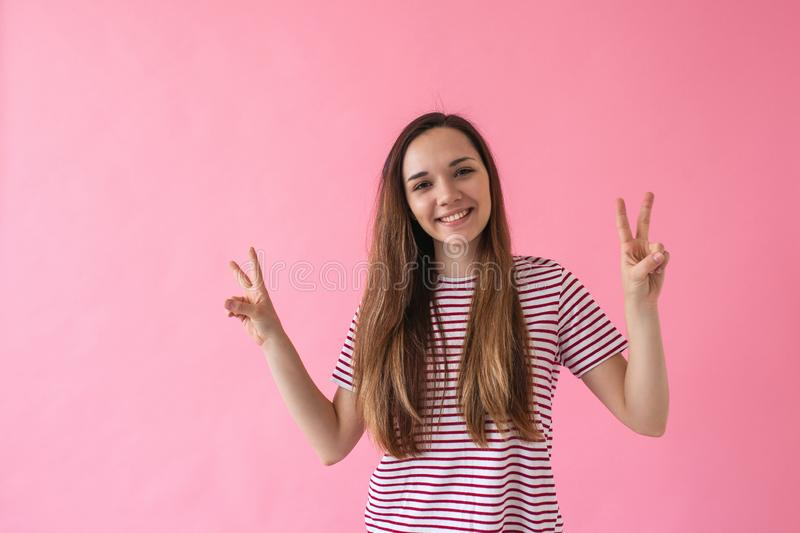 La fille montre la paix de signe photos libres de droits