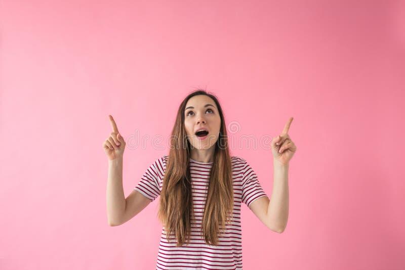 La fille montre ses doigts  images stock