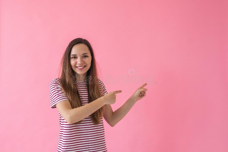 La fille montre sur l'espace vide photographie stock