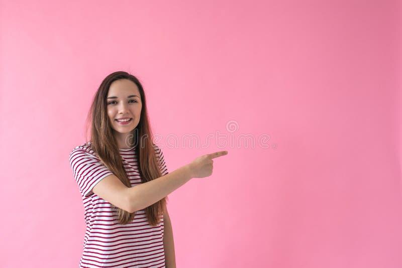La fille montre sur l'espace vide image libre de droits